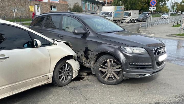 Расследуем автоподставу на хитром перекрестке в Новосибирске: жертву на Audi Q7 протаранила старая «Хонда»