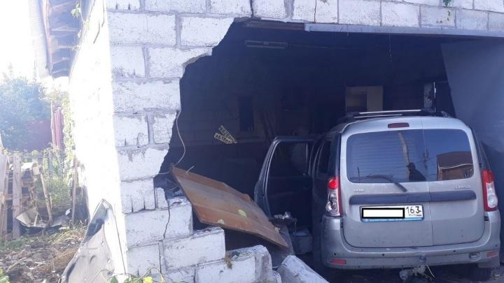 В Самарской области мужчина на «Ларгусе» влетел в чужой гараж после столкновения с «Калиной»