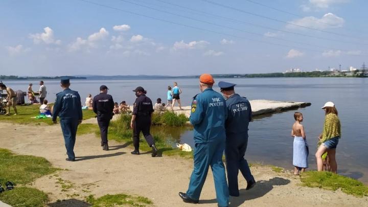 «Мы их не боимся»: спасатели показательно разогнали купающихся в Верх-Исетском пруду