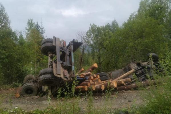 По словам жены, водитель перевозил лес на неисправном грузовике