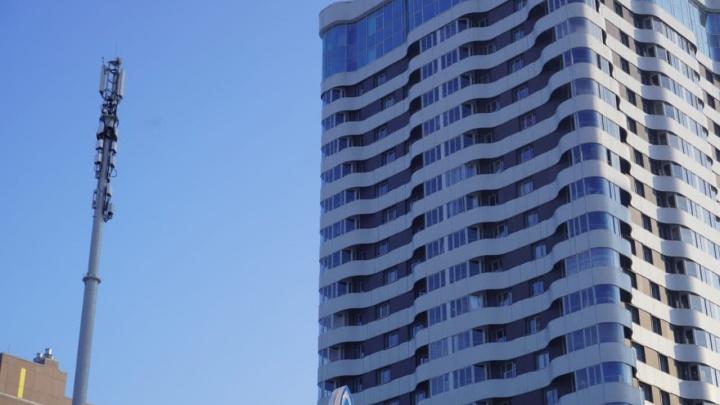 Точка 4G: жителей ЖК «Оазис» напугало строительство вышки связи — они боятся излучения прямо в окна