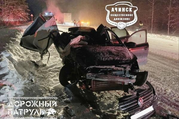 В ночной аварии погибли два пассажира легковой машины