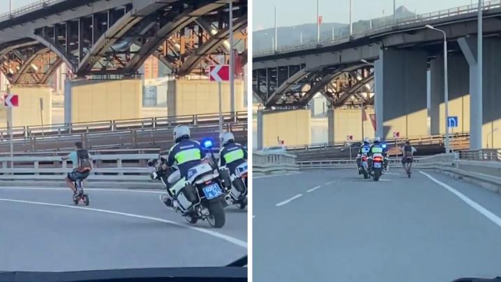 Необычная погоня на 4 мосту: полицейские на мотоциклах преследовали человека на электросамокате