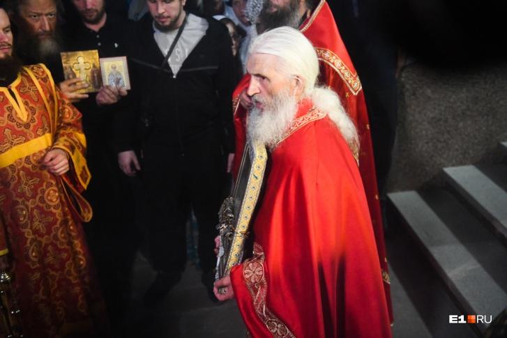 Отец Сергий во время «Царских дней» провел «альтернативный» крестный ход
