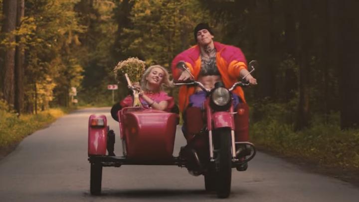 Клава Кока и Niletto показали клип на новый трек. В нем они гоняют на мотоцикле и бегают по полю