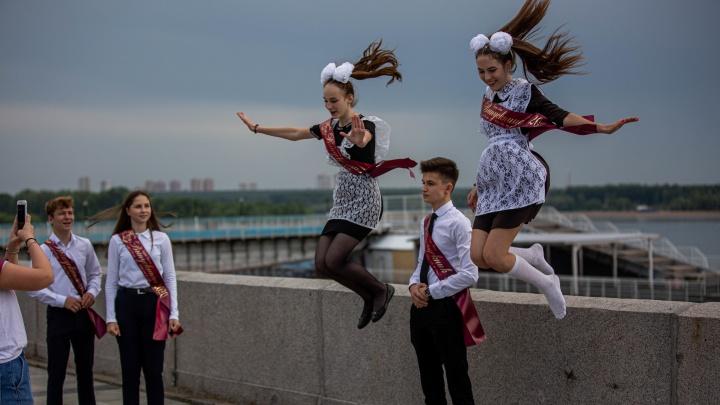Самый грустный праздник: как выглядит последний звонок в эпоху коронавируса — 10 кадров из Новосибирска