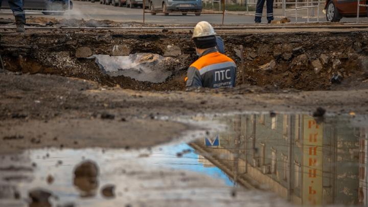 Образовалась двухметровая яма: фоторепортаж с места ЧП в Самаре, где прорвало трубу с горячей водой