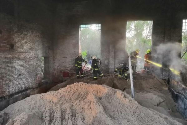 Во время недавнего возгорания пожарные забросали фосфор песком и залили водой