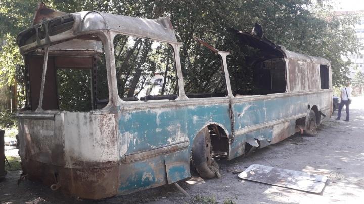 В Академгородке начали распиливать раритетный троллейбус — он простоял на улице десятки лет