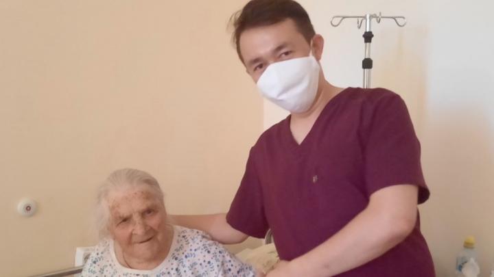 Увидев дочь, баба Варя расплакалась: ишимские врачи спасли после инсульта 99-летнюю долгожительницу