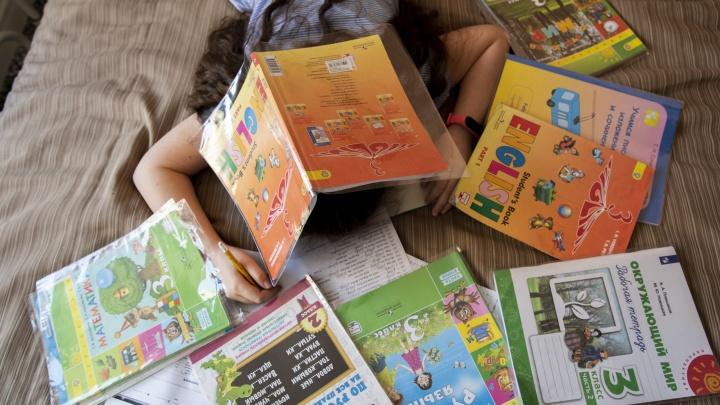 «Сложно тем, кто делает уроки с детьми»: педагоги объяснили, почему родителям трудно на дистанте