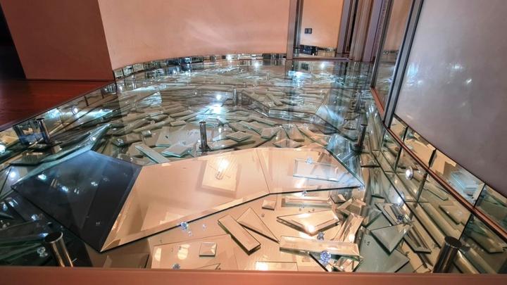 В центре Омска продают квартиру за 11 миллионов со стеклянным полом и мраморными подоконниками