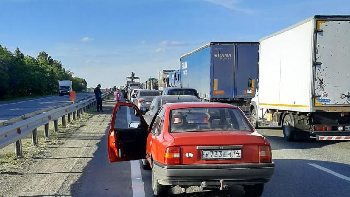 Массовое ДТП с участием большегруза произошло на трассе Челябинск — Троицк. Есть пострадавшие