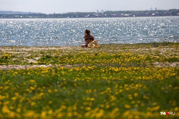 Многие челябинцы, пока закрыты санатории и базы отдыха, проводят время на берегу в черте города