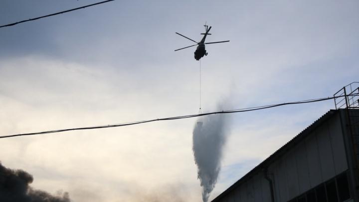 Вертолет МЧС сбросил 45 тонн воды на очаг гигантского пожара на складах в Самаре