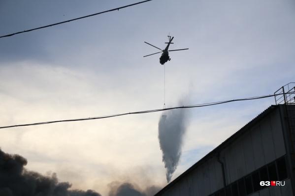 Вертолет сбросил на горящие склады тонны воды