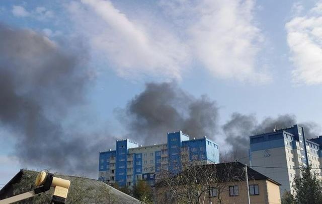 «Поднялся большой столб серого дыма»: на Петухова загорелся склад с автомаслами
