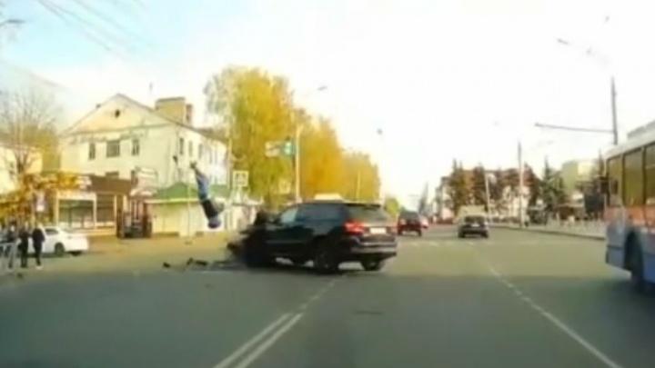 «Пытался шевелиться»: от удара с внедорожником байкера подбросило на несколько метров. Видео