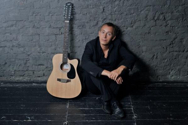 Альберт Макаров на концертах не расстается с гитарой