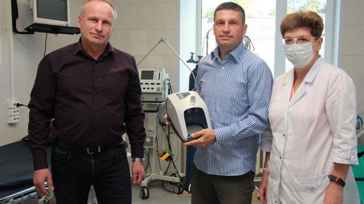 «Сами бы не купили»: ГК «Титан» подарил Карпогорской больнице комплектующие для аппаратов ИВЛ