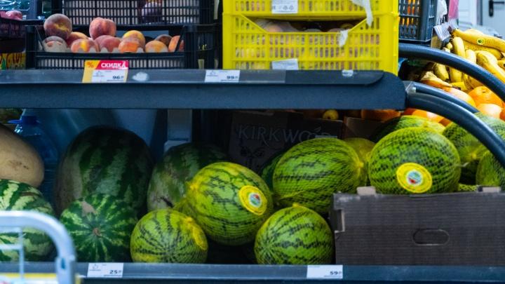 В омских магазинах взлетели цены на дыни и арбузы. Разбираемся почему