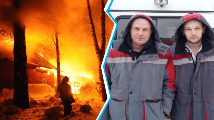 Скорая помощь приехала на пожар раньше МЧС — медик и водитель спасли людей из горящего дома