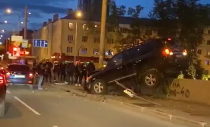 На Макаровском мосту Land Cruiser врезался в столб и повис на ограждении