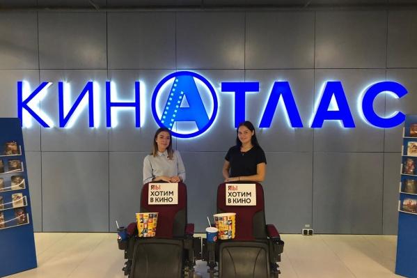 В четверг кинотеатр планирует присоединиться к акции #КиноПикет — кресла с табличками, на которых написано «Я/МЫ хотим в кино», установят на входе
