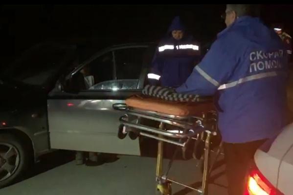 В Тугулымском районе пьяного водителя пришлось вытаскивать на носилки и везти в больницу