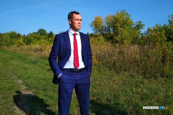 Илья Лобов решил сыграть на контрасте: сначала отвёл журналистов в благоустроенную часть дендросада, а затем в «дикую»