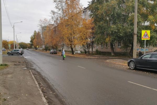 Несмотря на то, что на этом участке за последнее время случилось два ДТП, и в одном из них погибла пенсионерка, люди продолжают переходить здесь дорогу