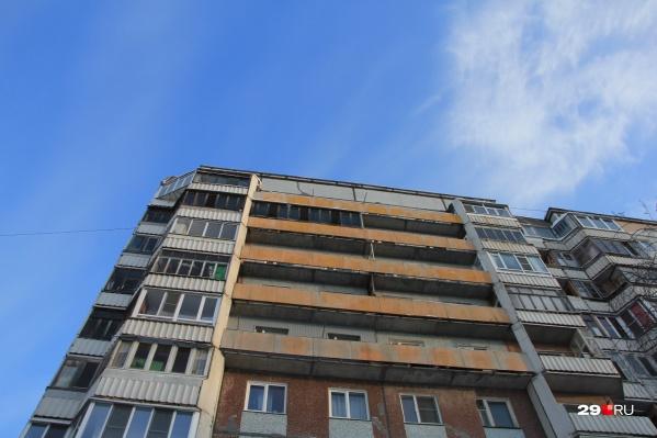В обоих случаях дети выпадали из окон на балконах<br>