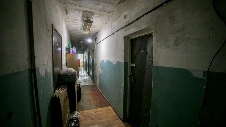 Мать с подростком-инвалидом выселяют из общежития: предложенной компенсации не хватает даже на гараж