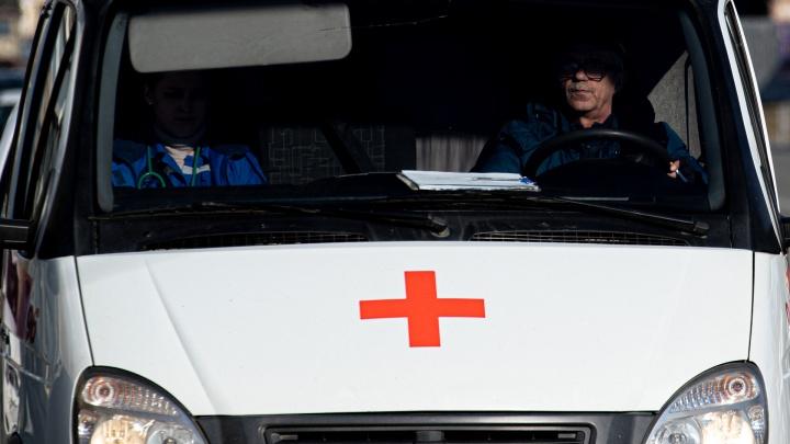В Челябинске пьяная компания напала на врачей и разбила машину скорой, приехавшую на вызов к ребёнку