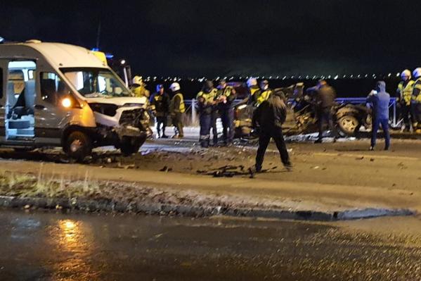 По снимкам видно, что столкновение автомобилей было очень серьезным