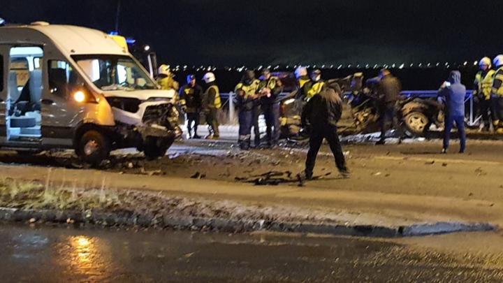 Водитель BMW выехал на встречку и столкнулся с маршруткой: в Архангельске произошло серьезное ДТП