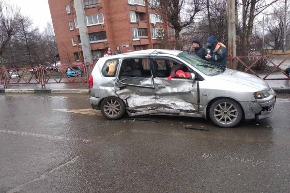 От удара машину смяло
