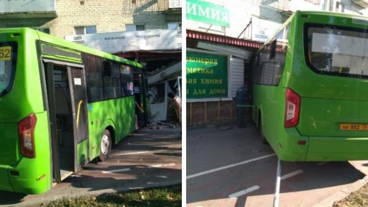 Водителя маршрутки, протаранившего магазин на Ямской, отстранили от работы