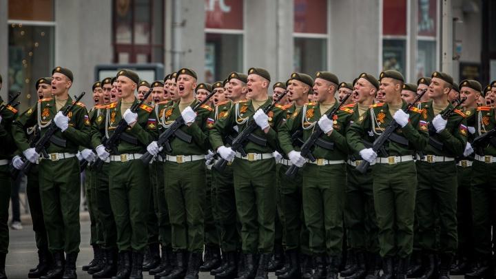 Перекроют улицы и поставят трибуны: сколько человек смогут посмотреть парад на площади Ленина