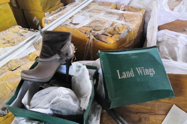В мятых коробках была обувь известных брендов
