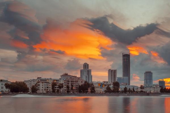 В самом центре Екатеринбурга солнце красиво подсветило грозные серые облака