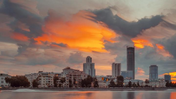 Солнце в облаках: екатеринбуржцы запечатлели удивительный закат