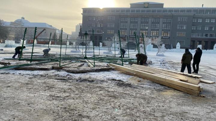 В Уфе начали установку пиксельной елки на Советской площади