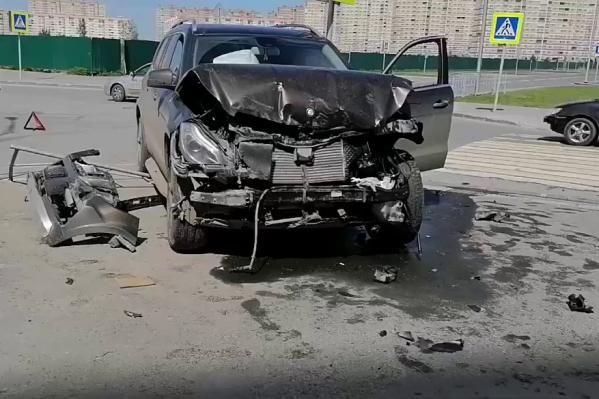 Так выглядит после ДТП автомобиль предполагаемого виновника дорожной аварии. Сам водитель не пострадал