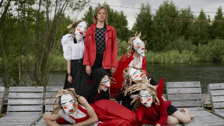 Пермские дети снялись в клипе «Король» группы СБПЧ и сделали для него костюмы фантастических чудищ