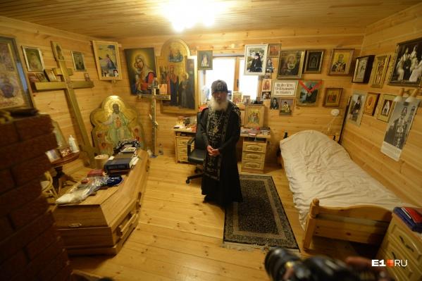 Так выглядела келья отца Сергия летом 2020 года. Собственный гроб служил ему столиком