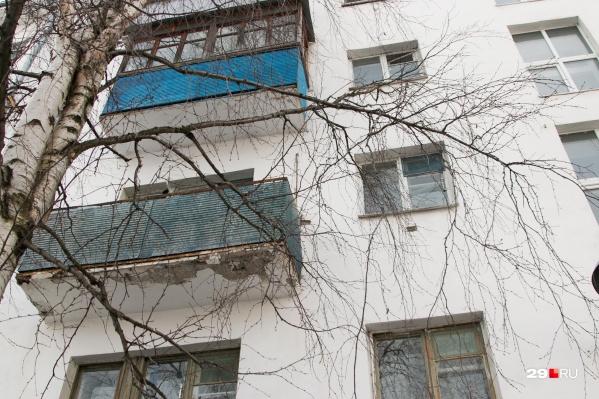 Девочка оперлась на москитную сетку и выпала с четвертого этажа