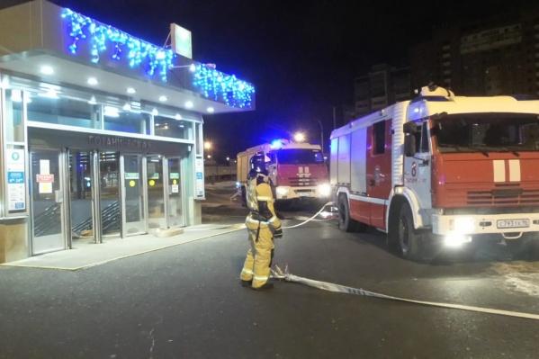 6 пожарных машин съехались к станции метро