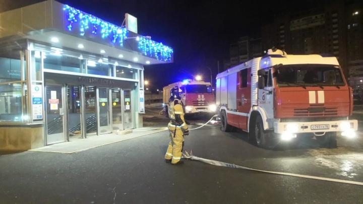 К станции метро «Ботаническая» съехались пожарные машины. Рассказываем, что происходит