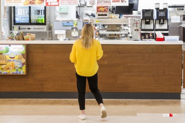 Подростки часто собираются на фуд-кортах торговых центров — с 15 декабря без родителей это будет запрещено